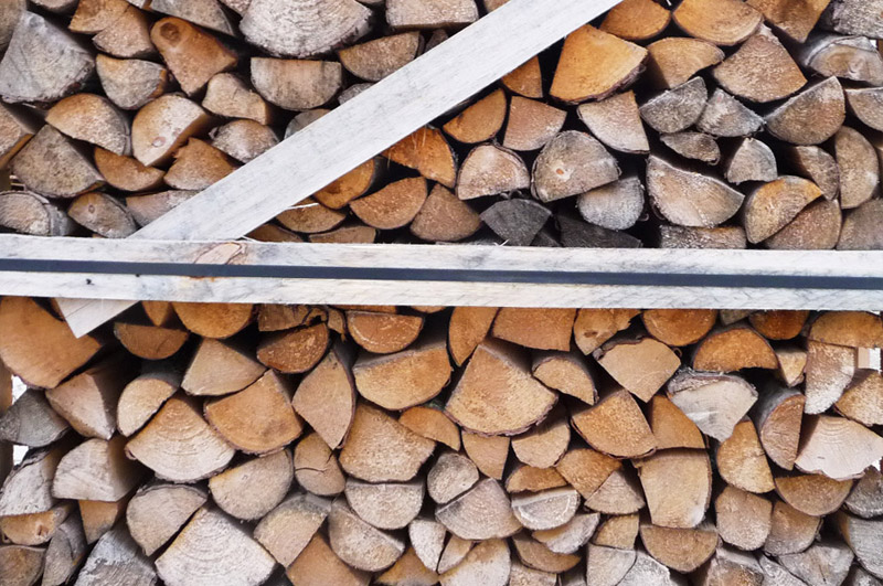 Birkenholz gestapelt
