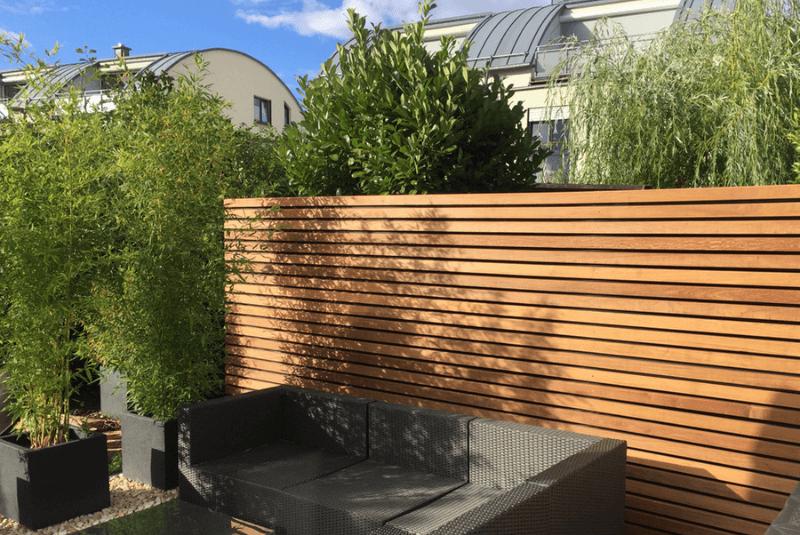Holzzaun mit Terrasse