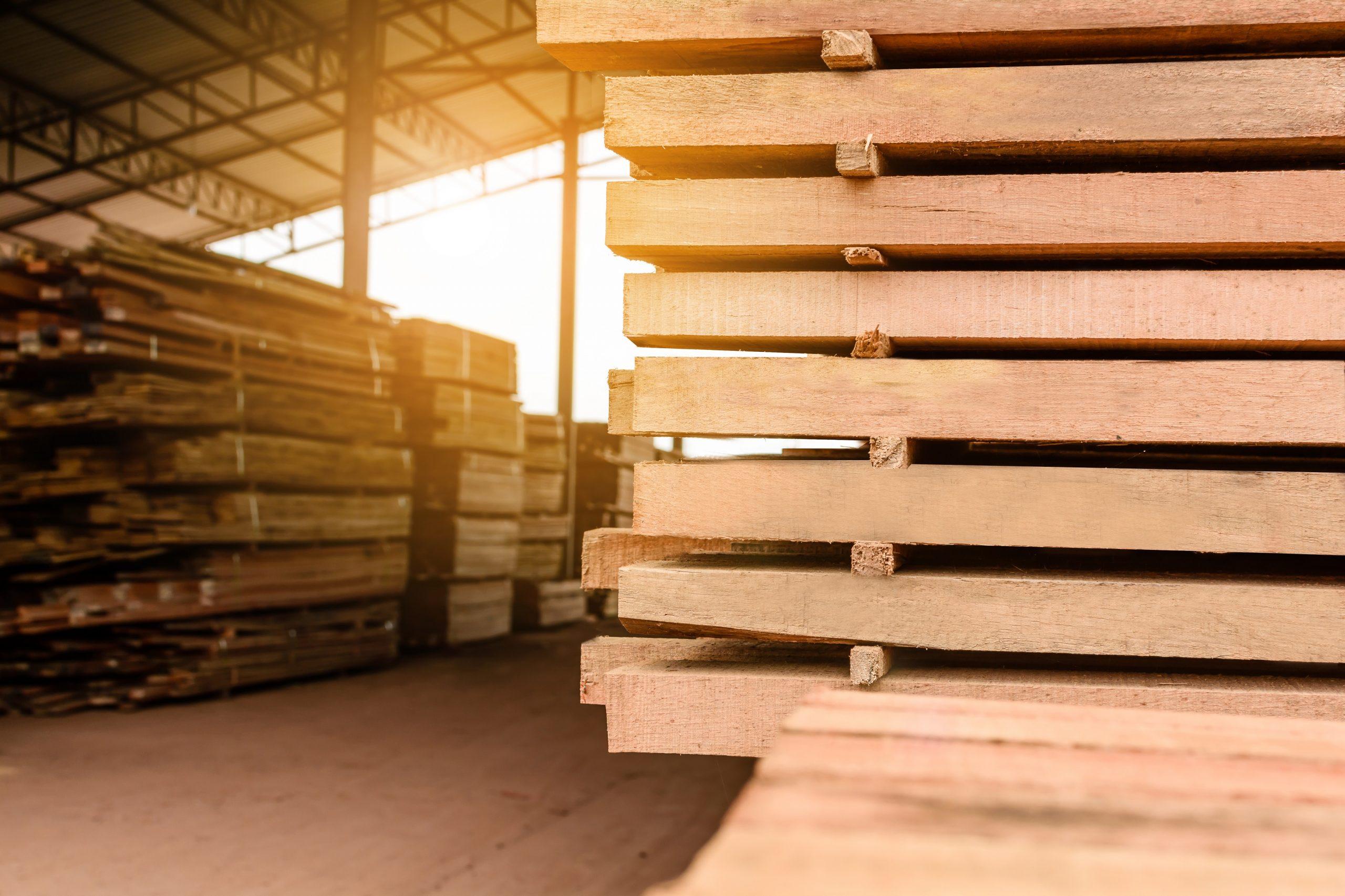Gestapletes Holz im Lager nach Qualität sortiert