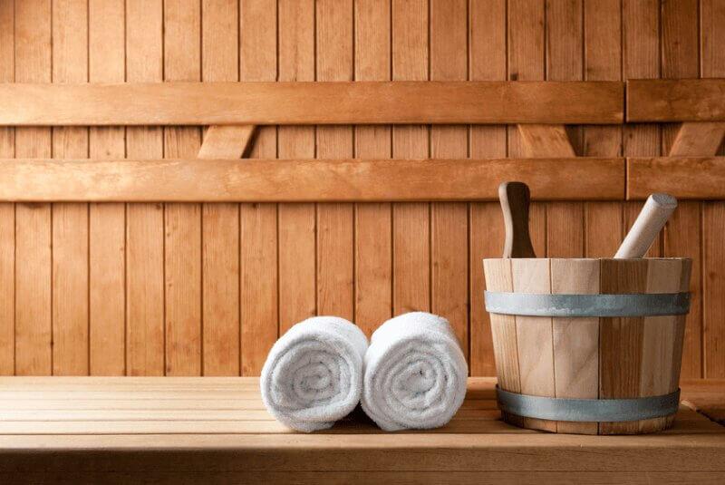 Sauna von Innen mit Aufgusseimer