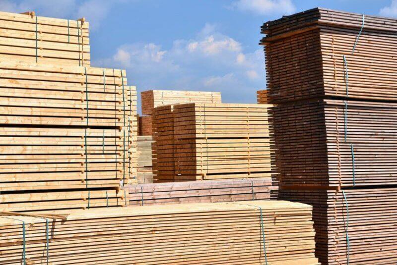 Holz wird draußen gelagert