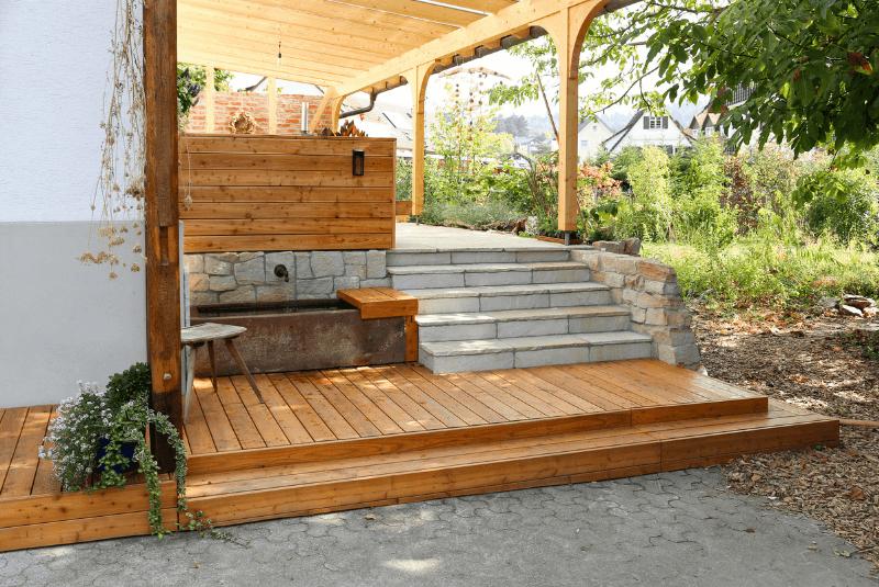 Terrasse mit Holz und Stein